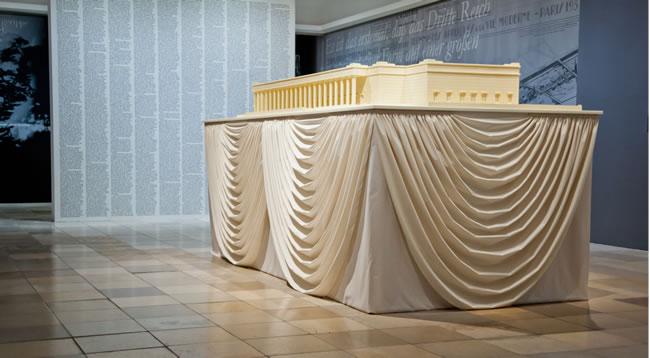 """Christian Philipp Müller, Ausstellungsdramaturgie, """"Geschichten im Konflikt: Das Haus der Kunst und der ideologische Gebrauch der Kunst 1937-1955"""", 2012, Installationsansicht"""